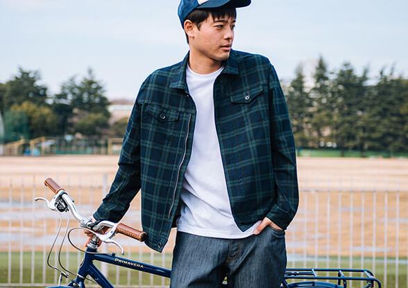 自転車でお出かけする時にスカイジャケットを羽織る男性