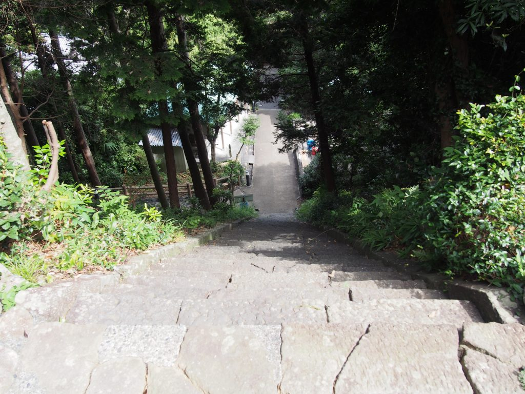 能満寺の本堂の本殿裏の急な階段