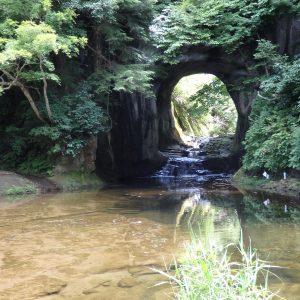 亀岩の洞窟の正面