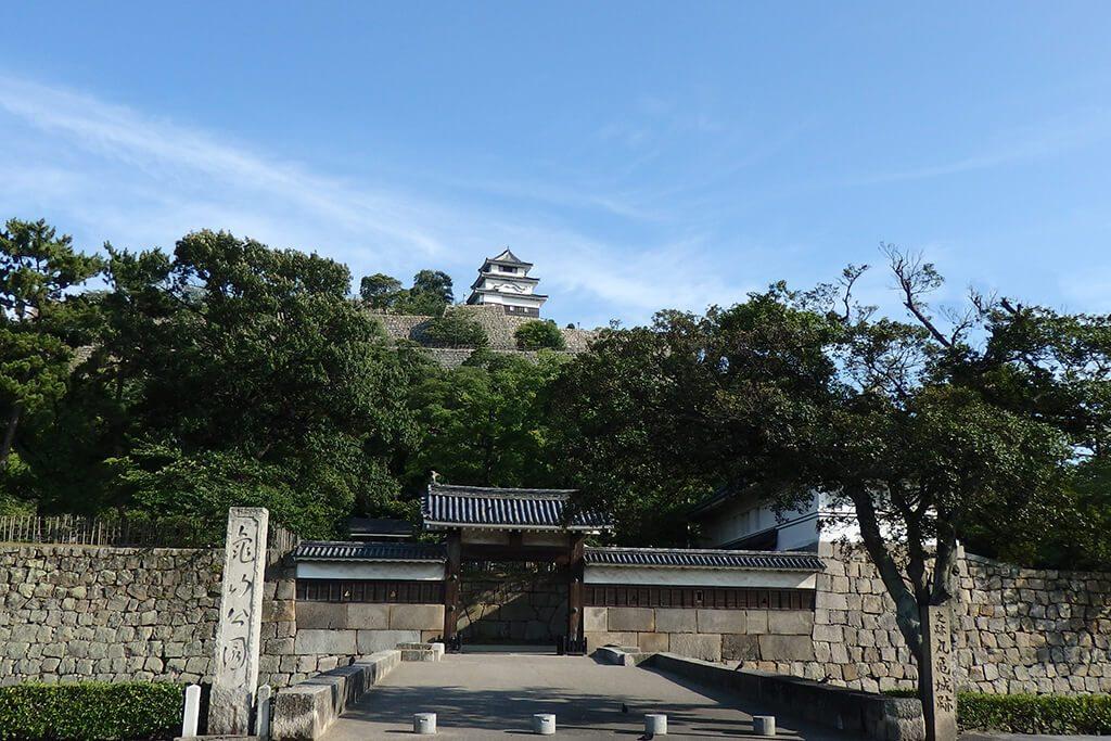 丸亀城跡と亀山公園入口