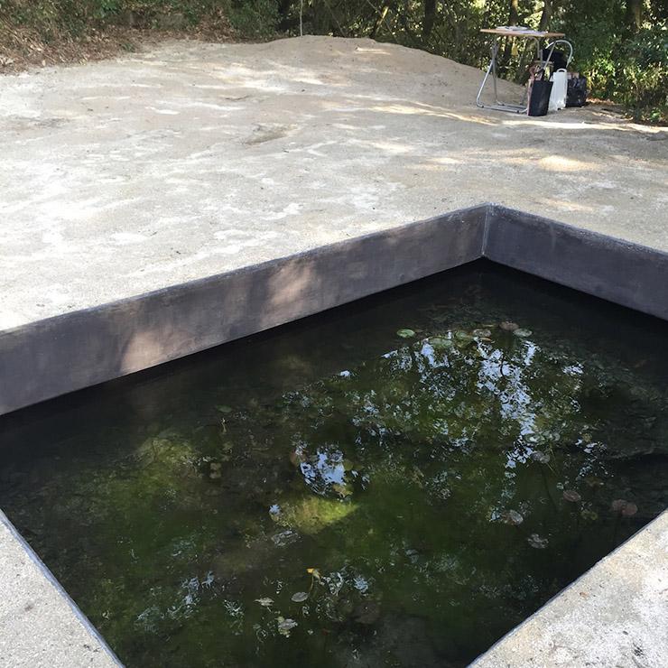 作品のコンクリートの池