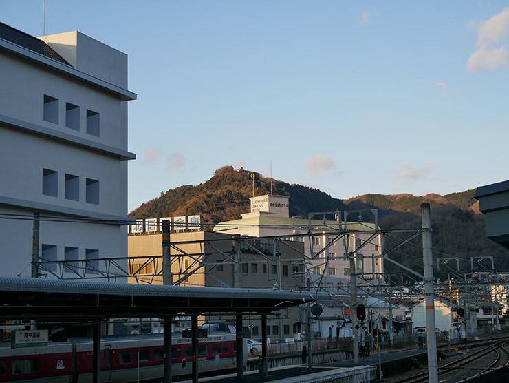 山の頂に見える備中松山城