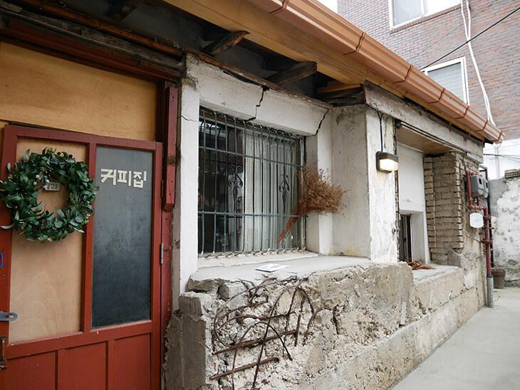 ドアにコピチムと書かれた韓国・漢南洞のカフェ